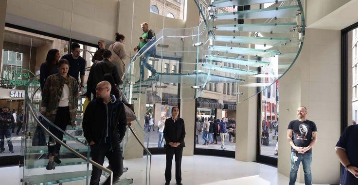 Apple Store: Apple muss Taschenkontrollen nicht als Arbeitszeit vergüten - https://apfeleimer.de/2017/08/apple-store-apple-muss-taschenkontrollen-nicht-als-arbeitszeit-vergueten - Shortnews: In den USA beklagen sich Store-Mitarbeiter, dass sie beim Verlassen des Stores ewig lange Taschenkontrollen über sich ergehen lassen müssen. Einzelne Mitarbeiter erklären, dass diese bis zu 20 Minuten dauern können. Apple sieht sich gezwungen, diese Kontrollen durchzuführen, weil es