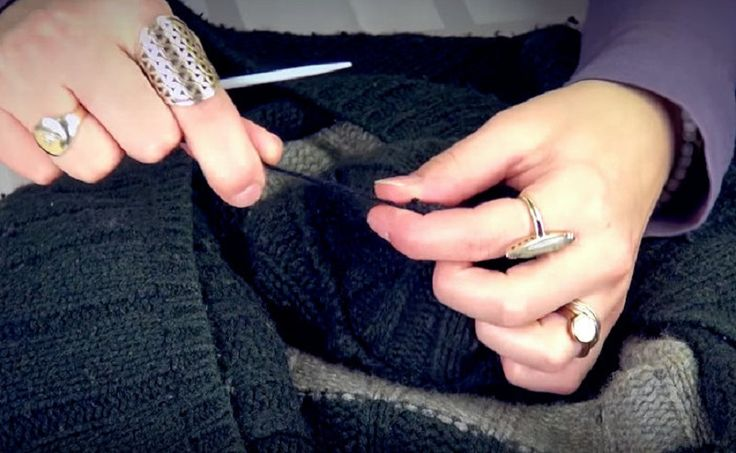 Рукодельница виртуозно разрезала свой старый свитер… Я влюбилась в то, что она с ним сделала!