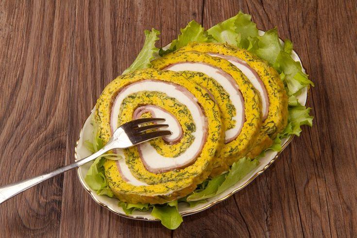 Il rotolo di frittata con prosciutto e scamorza è un secondo piatto particolare e gustoso che si può servire anche come antipasto