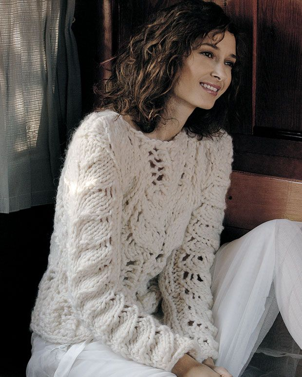 Når et hulmønster strikkes med tykt garn og på store pinde, kan en enkel rapport blive til en hel sweater.