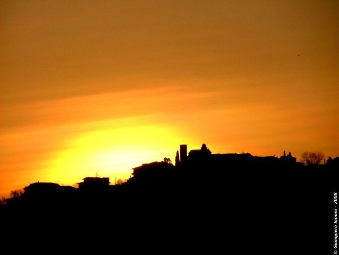 ... land of hats and village of art !! Monte Vidon Corrado - the sunrise spot and the skyline ! MonteVidonCorrado - lo skyline al sorgere del sole. #HatsDistrict .