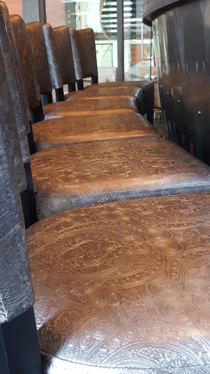 Barstoelen in hurfterproof leatherlook met een bite. Pittig, chique, gewaagd en stijlvol. Restyling Wasserman Brasserie naar Vinerie