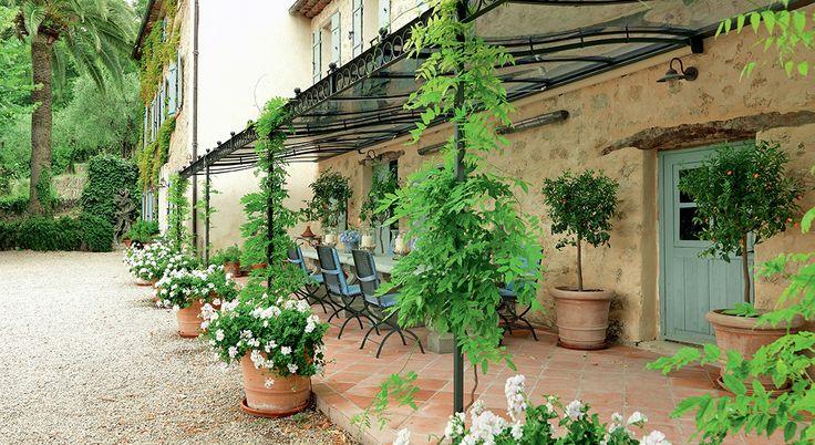 Banc en fer forgé Manutti, fontaine minimaliste Truffaut, jarre provençale... Créez-vous une terrasse pleine de charme avec notre sélection déco aux accents du sud !