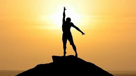 Lorsque l'homme se détourne des choses temporelles Et se tourne en lui-même, Il perçoit une lumière céleste qui vient du ciel. Maître Eckhart