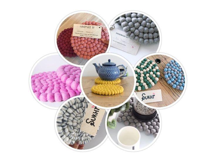 Wir bieten schöne Filzuntersetzer in 69 unterschiedlichen Farben. Die Größe sind 15cm x 20cm oder 20cm und sie können ganz gut für Dekorationen verwendet werden.  Bestellen Sie ein Stück Nepal noch heute: http://www.sukhi.de/spezialangefertigt-rund-filzkugelteppiche.html