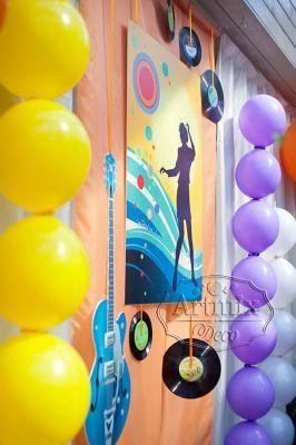 Оформление свадьбы  баннерами, виниловыми пластинками, объемными фигурами, яркими тканями, воздушными шарами