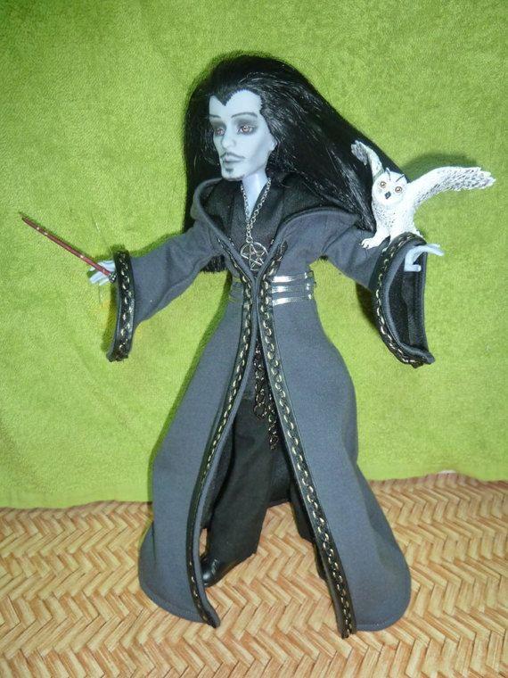 Warlock-dunklen Zauberer, Zauberer - OOAK benutzerdefinierte Repaint Monster High junge Slo Moe Puppe in schwarzer Umhang mit trank Brust und Eule im Käfig