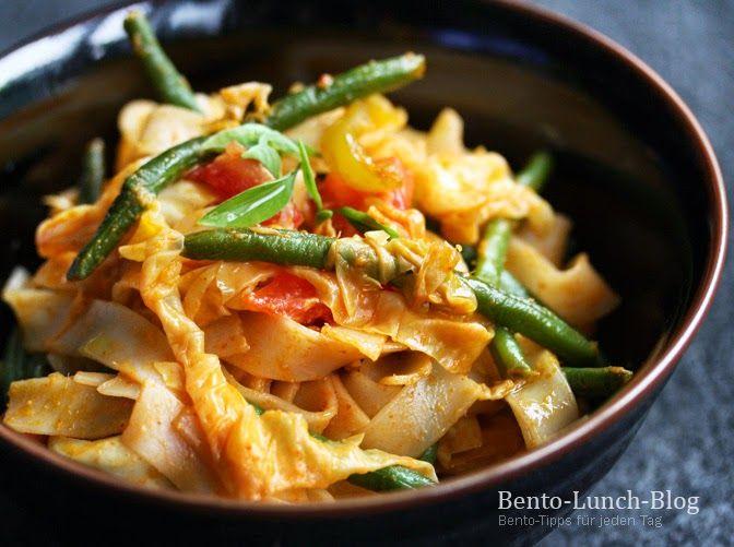 Rezept: Gebratene Reisbandnudeln mit Kokosmilch-Erdnuss-Soße & rotem Curry
