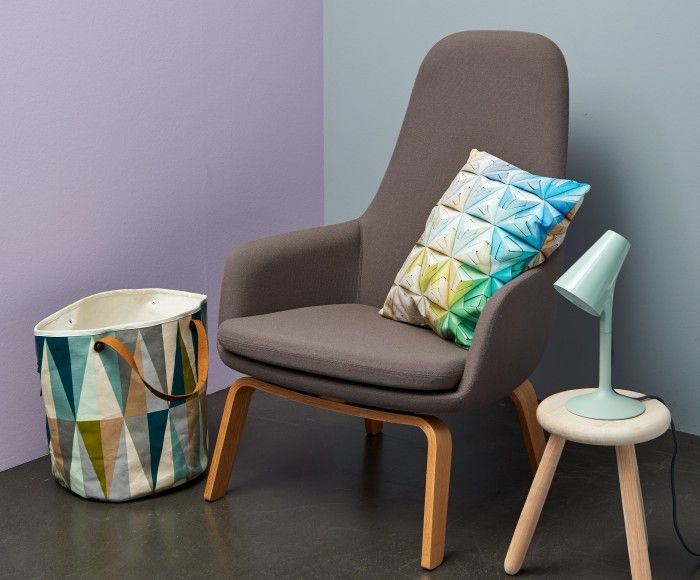 FrostySoftness: Lila (TC16007) en Grijs (BC504) zijn de basiskleuren van deze ruimte, door de donkere betonnen vloer is de combinatie niet te zoet en pastelkleurig. De organische vormen van de meubels geven dit interieur een zacht en aangenaam gevoel. De grafische patronen maken deze sfeer compleet.