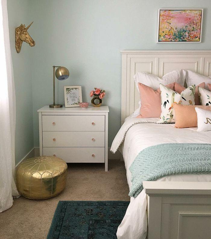 pintar paredes decoracion dormitorio colores pastel y dorado cama y mesa de noche