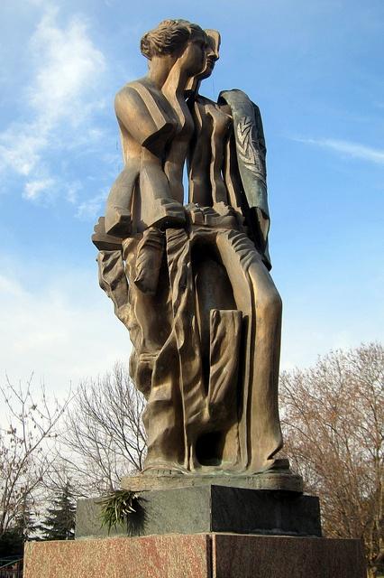 Barrio de Recoleta: Parque Thays - escultura M. Minujin.-