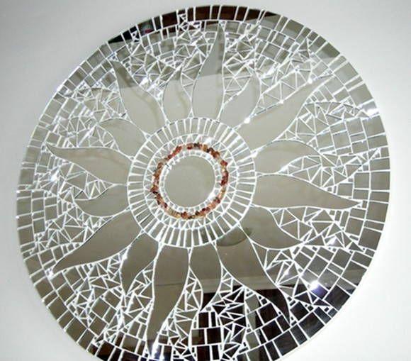 Mandala para Decoração de Paredes Trabalho em Mosaico de Espelhos. Base em MDF. Possui furo atrás para fixação. Obs.: Produto para uso em Ambiente Interno. Não expor ao calor e á umidade. R$ 335,00
