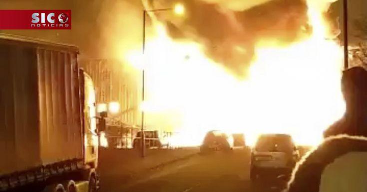 Pelo menos 90 bombeiros combatem a esta hora um incêndio numa fábrica de tinta na zona de Staples Corner, no norte de Londres no Reino Unido. http://sicnoticias.sapo.pt/mundo/2018-01-09-Pelo-menos-90-bombeiros-combatem-fogo-a-norte-de-Londres