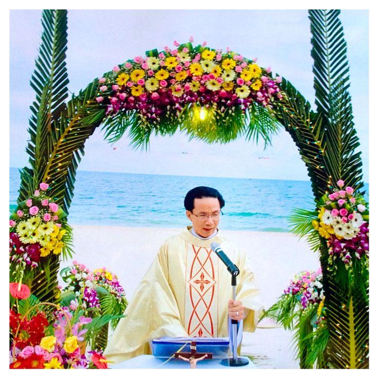 I love the outfit of a Vietnamese wedding celebrant, looks a little religious but dressy at the same time. #Vietnam #wedding #muine #muinebeach #celebrant #vietnamese #traditional #outfit #costume #ceremony #beachwedding #tropical #тропическая #свадьба #вьетнам #море #муйне #свадьбанаморе #церемония #традиционная