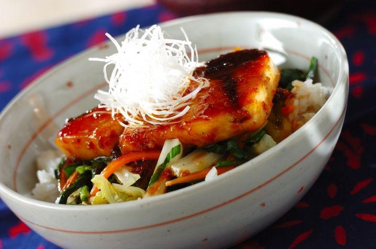ブリの切り身が丸ごとのった豪快な丼ぶり。香ばしいタレは野菜にもご飯にも良く合います。スタミナブリ照り丼[和食/ご飯もの(寿司、ご飯、どんぶり)]2017.01.30公開のレシピです。