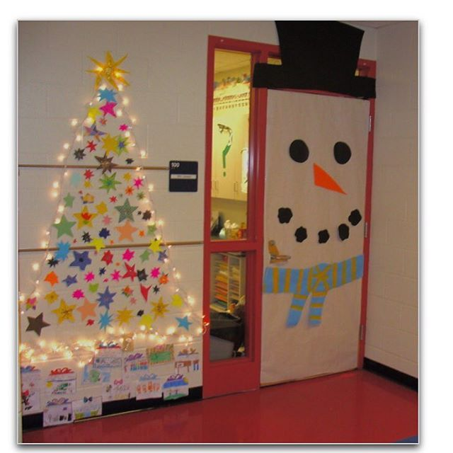 En Snögubbe på dörren ⛄️ En julgran på väggen