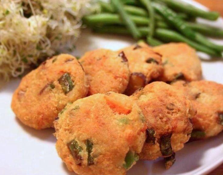 秋だごはんだ!新米がおいしい季節だ! 今日はごはんに合うとっておきのお豆腐レシピ。 和食ってなんだろ? 明治以前なら一汁一菜。 精白米が普及した後は、一汁三菜。 和食の基本は、 ごはん 汁物 漬物 おひたしや煮物など野菜のおかず1〜2品です。 基本的に和食というのは「メインディッシュのない食事」と言われます。 メインがなくても、それぞれ旬の素材をいかしたお惣菜を、一口づつゆっくり噛みながら、お米と一緒に味わう。 そうすると、食べ終わる頃にはちょうど腹八分目になっているので、メインが特にいらないんですね。  この「メインにならないおかず」を丁寧に作れるようになってこそが「和食」の神髄らしいのですが、毎日のおうちごはんではちょっと忙しくっても、パパッとつくれちゃっても、 「おいしく・たのしく・ありがたく」いただけるだけで、幸せですね(笑)  さて、そこで今回は現代の私達にも簡単で入りやすい 「お豆腐だけどメインディッシュにもなっちゃうおかず」。 お豆腐と旬の野菜があればすぐに作れる、サクサクでアツアツの「手作りがんもどき」です。…