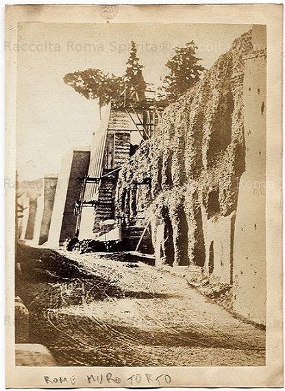 Viale del Muro Torto – Muro Torto. Sullo sfondo il restauro delle Mura Aureliane eseguito alla fine dell'800. Anno: Ante 1870