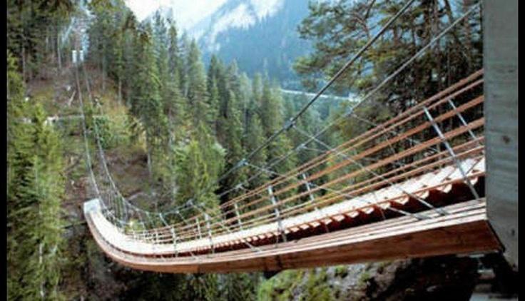 TRAVERSINERTOBEL  Con sus 56 metros de longitud es uno de los puentes escalera colgante más largos del mundo. Situadfo en Suiza, Europa.
