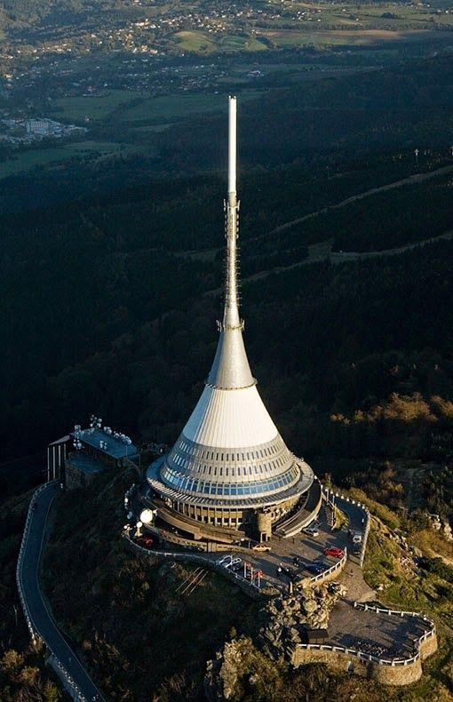 Hotel Ještěd. Ještěd je symbolem Libereckého kraje a svojí polohou v 1012 metrech nadmořské výšky též dominantou severních Čech. Pro svoji jedinečnou architekturu získal Perretovu cenu a stal se národní kulturní památkou a stavbou století.