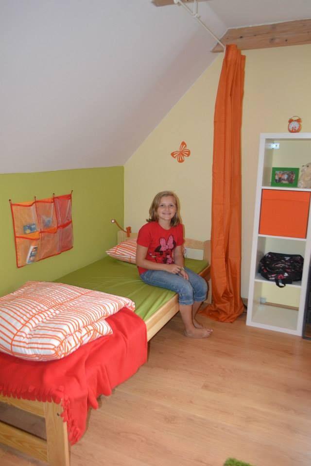 Lilia w swoim kąciku, każda dziewczynka może się zasłonić kotarką i przeczytać książkę w łóżku.