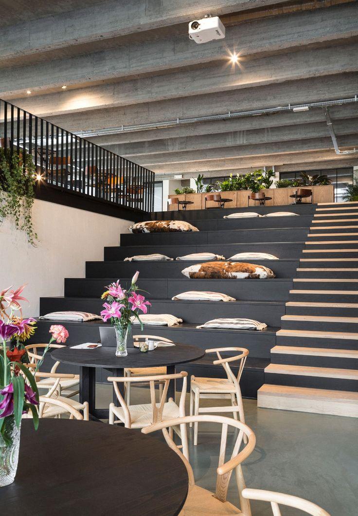 Meja warna hitam atau abu...list mrja tetap kayu...tangga di sebelah utara diapake tempat duduk