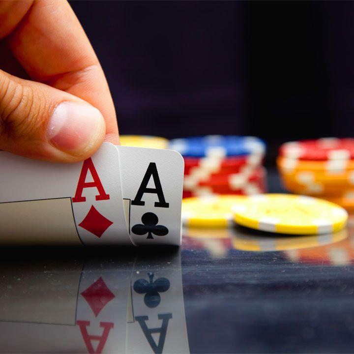 Per gli appassionati di casinò e gioco d'azzardo, non c'è niente di più eccitante di un mazzo di carte; pardon, di frasi sul poker, tutte da mescolare.