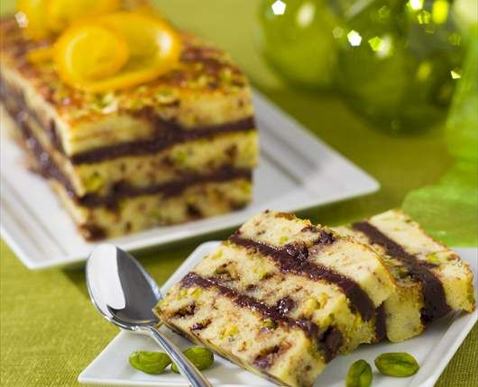 Bizcocho esponjoso con pepitas de chocolate, pistachos y naranja