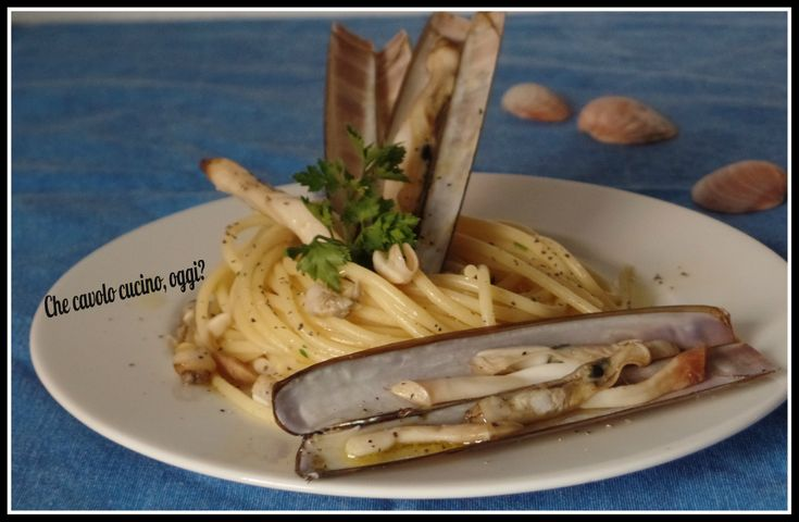 Spaghetti e cannolicchi: e in tavola arriva il profumo del mare. L'unica accortezza è pulirli bene per evitare che rimanga la sabbia nel piatto.