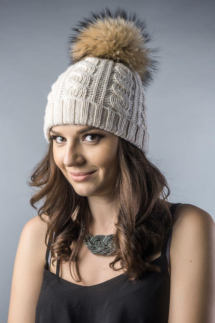 Caciula pentru femei din tricot cu mot din blana naturala de vulpe polara. Marimea este universala. Produs disponibil atât pentru comanda online, cât și în magazinele A&A Vesa din România.