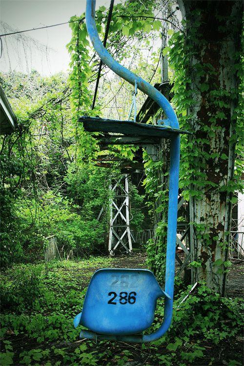 abandoned lift station (Oita, Japan) Rリフト 山頂駅(大分県) : 廃線後14年間、撤去されないまま山中に全線が放置されています。