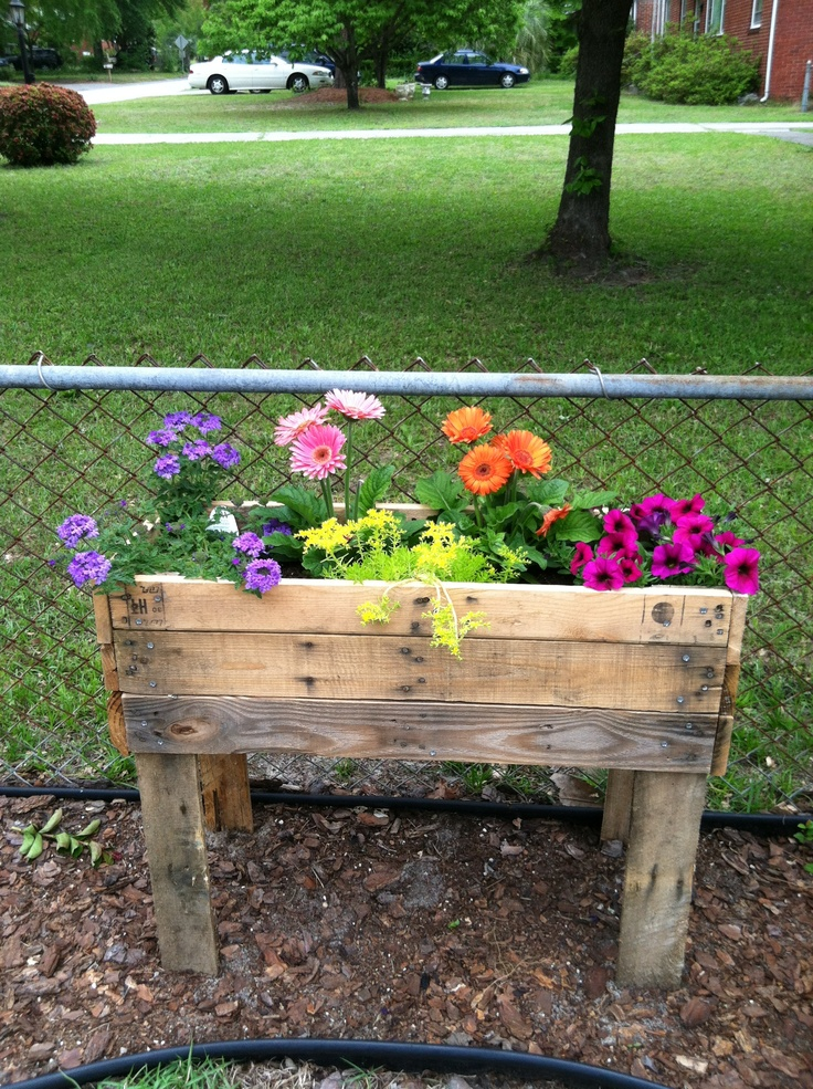 18 best images about outdoor flower beds on pinterest for Flower beds out of pallets