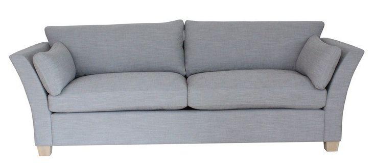 Mossley+3-pers+sofa+-+Moderne+og+enkel+3-pers.+sofa+med+lysegråt+stofbetræk+og+flotte+ben+i+olieret+eg.+Sofaen+har+praktiske+vendbare+sæde+og+rygpuder,+for+at+undgå+slid.+Ekstra+bløde+sæde+og+rygpuder+med+duntop.