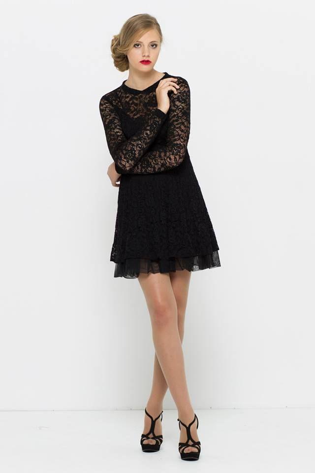 romantyczna sukienka z półkola, z rękawami z koronki. Idealna na randkę, studniówkę, wieczorne wyjście. Od VISSAVI