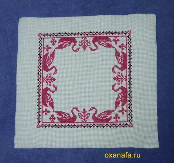 Padrão russo ponto cruz para um travesseiro. Como a bordar e costurar travesseiro com o russo ornamento / O esquema já bordado, mas ainda não costurados travesseiro.
