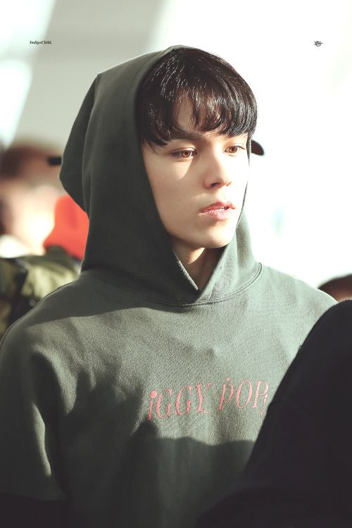 Isn't this just such a boyfriend look. Hansol in a hoodie is a wonderful sight.  -@BeautyandthePoet