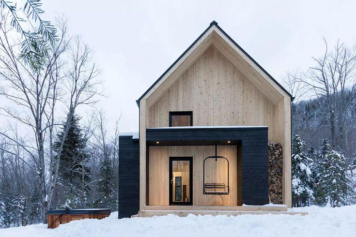 Située à Charlevoix au Canada, ce chalet contemporain au design minimaliste se trouve à seulement 10 minutes de la station de ski Le Massif de Charlevoix.