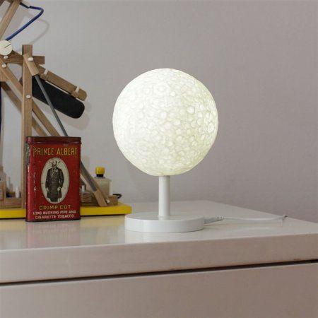 MOON LAMP Ay Masa Lambası İstediğiniz her an ay ışığı yanınızda.  Masaüstü ya da komodininizin üzerinde kullanmak için idealdir.  USB kablo ile çalışır.  Üründe 1 adet Micro USB kablo ve 1 adet USB port bulunmaktadır. Materyal: PVC, PU Boyutlar: 19 x 14 x 14 cm Tasarım: Soyoung Kim and Jonghwa Kim