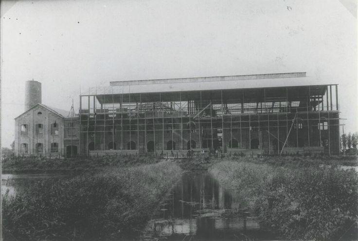 De suikerfabriek in aanbouw aan de Blokweg