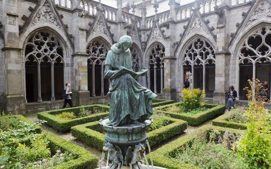 The Pandhof (courtyard) is the monastery garden of Cathedral Tower in Utrecht. You can find this hidden gem between St. Martins Cathedral and the University Hall (Academiegebouw) at Domplein. The Pandhof is an idyllic monastery garden, where ornamental plants and herbs bloom. It is without a doubt one of the most beautiful enclosed gardens in Holland.