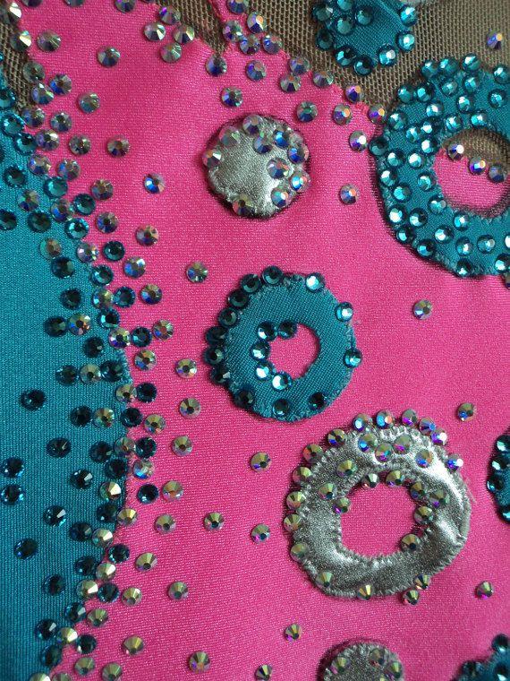 Zachte ritmische gymnastiek Leotard in roze-en-blauw kleuren op de groei van de meisje 122-128. In het werk gebruikt een stoffen, zilveren details, strass lijm (hete fixatie) meer dan 2000.  Als u het model hield, kunt je deze zwembroek grootte naaien