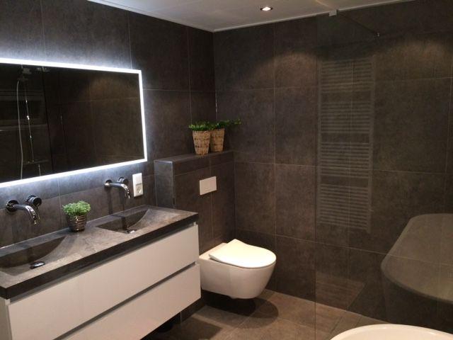 De badkamer voor de familie Hendriksen met donkere tinten en lichte accenten die zorgen voor een luxe uitstraling