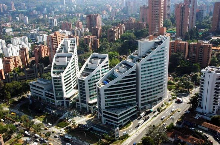San Fernando Plaza, Centro de Negocios sobre la Avenida El Poblado. Fotografía de Carlos Vidal