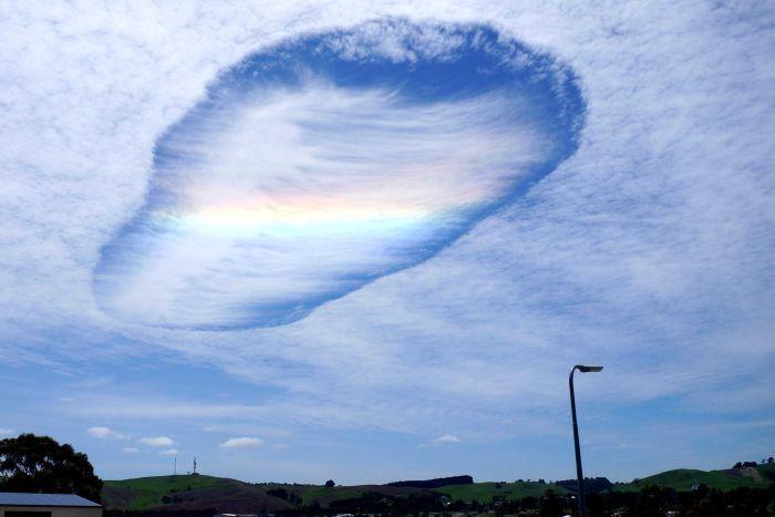les habitants de la région de Gippsland dans le sud-ouest australien ont pu observer un trou de virga, un phénomène météorologique assez rare. Le trou de virga apparait sur des nuages en altitude, quand une partie du nuage gèle, les cristaux de glace trop lourds tombent et forment un trou. Plus d'infos sur Wikipedia