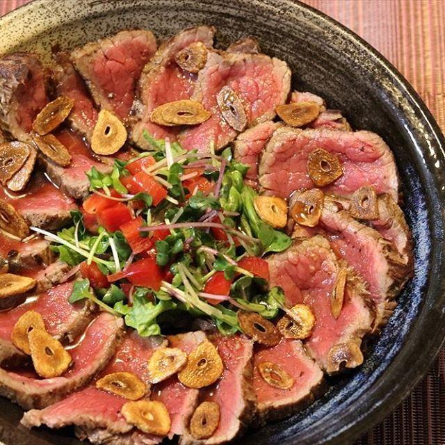 気付いたら500post。おそろしや。 記念に何度目かの登場の牛のたたきを。フライドガーリックに、ニンニク醤油のソースで。肉の写真は世界共通ってことがわかります(笑) #l4l #tagsforlikes #myphoto #photolover #followme #follow4follow #cooking #beef #tataki #rare #garlic #friedgarlic #instabeef #instatataki #写真好きな人と繋がりたい #写真撮ってる人と繋がりたい #俺つまみ #つまみ #家飲み  #男の料理 #肉 #肉肉 #牛たたき #記念 #牛肉 #ガーリック #生肉