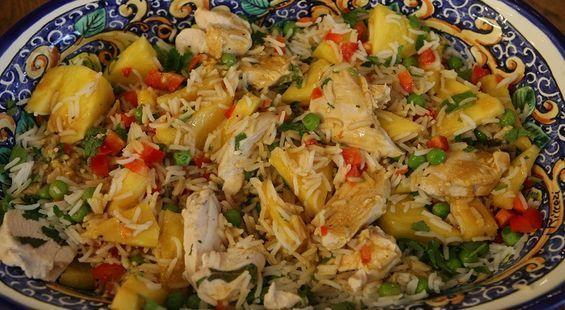 Рисовый салат с курицей, ананасом и зеленым горошком