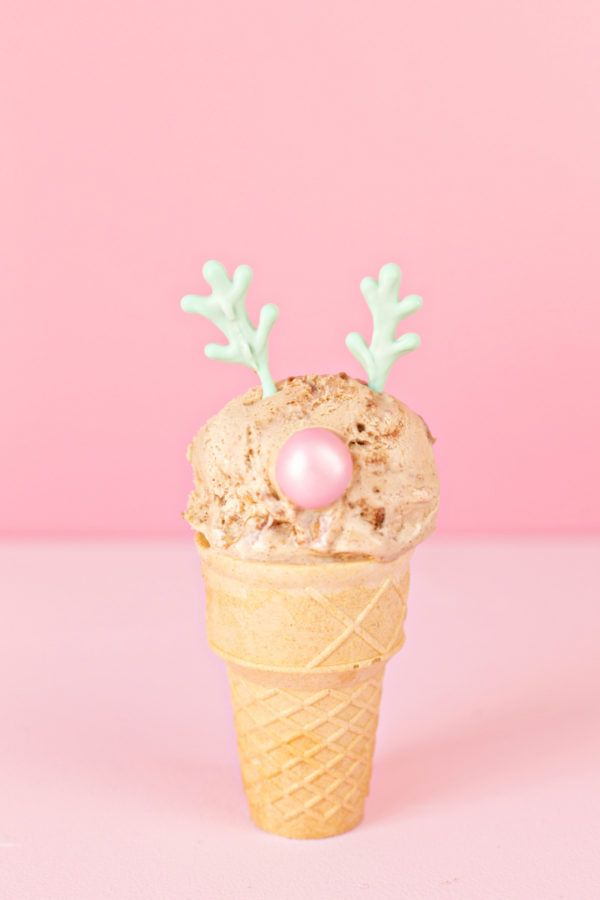Make these DIY reindeer and snowman ice cream cones for your next holiday party. You just need ice cream and a few simple ingredients. Sure to be a hit! Christmas Goodies, Christmas Desserts, Christmas Time, Christmas Crafts, Christmas Colors, Christmas Recipes, Big Ice Cream, Vanilla Bean Ice Cream, Nice Cream