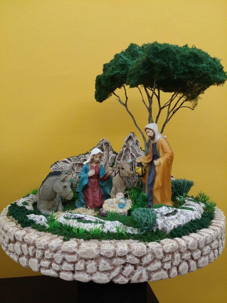 Nacimiento bajo el árbol. Figuras de 17 cm. y 46 cm. de ancho x 42 de alto. Colección 2015.