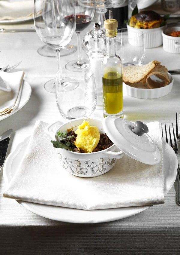 Peposo dell'Impruneta con polenta gialla bramata, servito in delizioso tegamino di porcellana della Collezione Cocotte  by Car Solidale