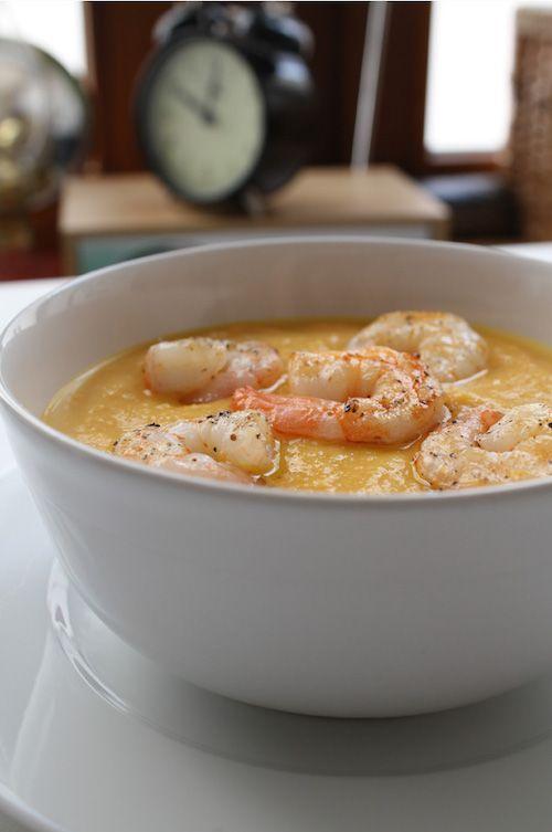 Möhren-Ingwer-Suppe, Möhrensuppe mit Ingwer serviert mit Garnelen